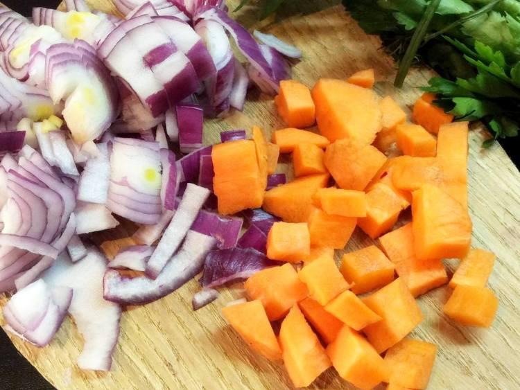 Моркву і цибулю нарізаємо великими шматочками