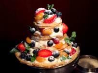 Святковий торт з млинців і фруктів