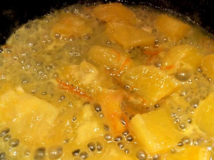 На окремій сковороді з товстим дном змішуємо апельсиновий сік, шматочки і цедру апельсину з 2-5 столовими ложками цукру