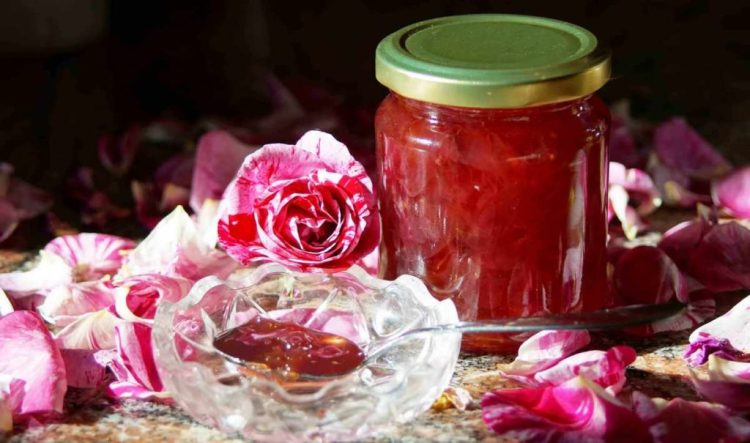Варення з пелюсток троянд можна готувати тільки з необроблених хімією квітів