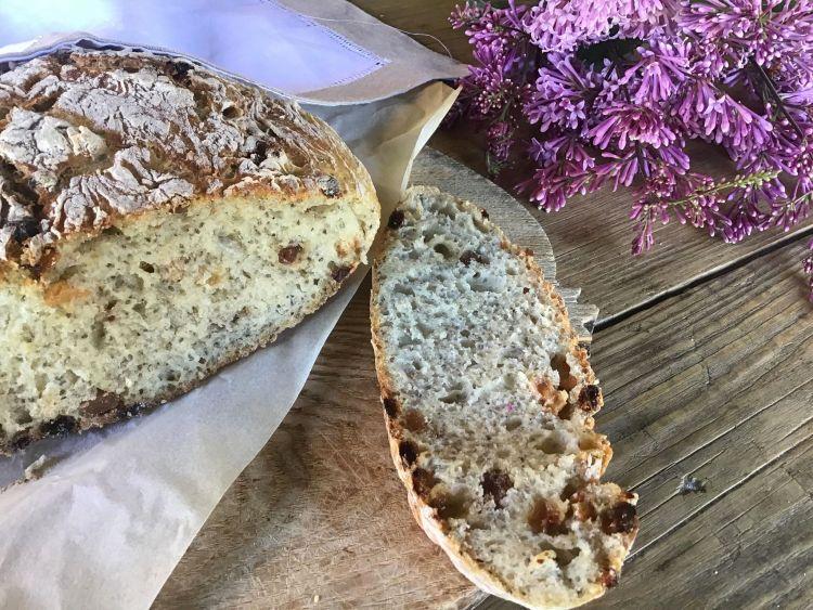 Хліб з родзинками та насінням Чіа