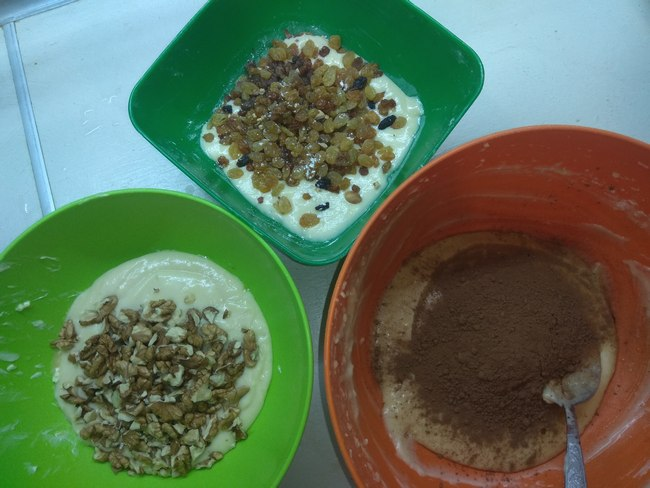 Розділяємо тісто на три частини та додаємо окремо: горіхи, родзинки, какао