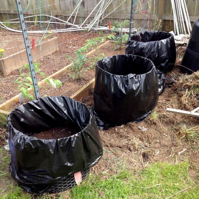 Для приготування швидкого компосту потрібні ємності, які легко можна переносити з місця на місце