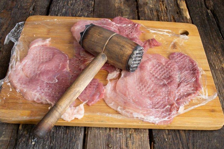 Відбиваємо шматки свинини