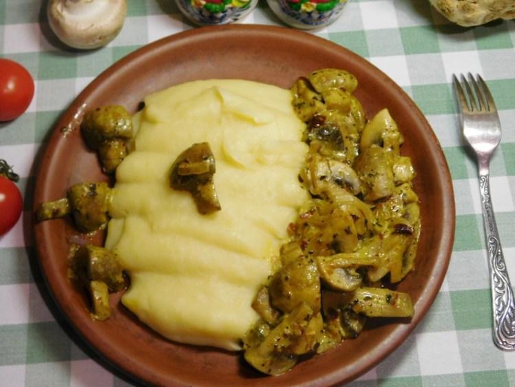 Сьогодні в мене до гарніру з кореня селери і картоплі смажені шампіньйони в мультиварці. Гриби і селера — відмінне поєднання!