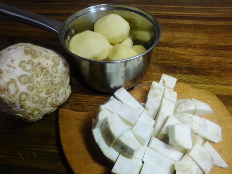 Картоплю і корінь селери чистимо і нарізаємо на скибочки приблизно 2 на 3 см
