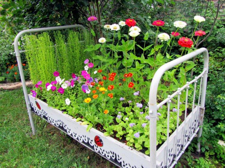 Старі меблі на подвір'ї — 40 ідей використання