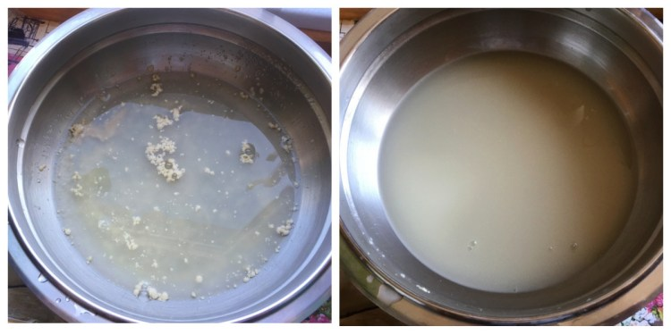 Всипаємо дріжджі, сіль, цукор у теплу воду і чекаємо 5 хвилин, поки дріжджі розчиняться
