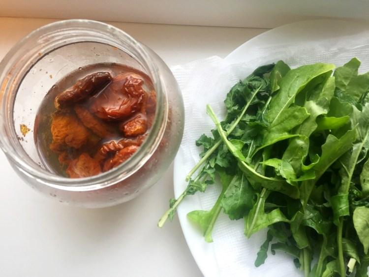 Рукола і в'ялені помідори — «начинка» нашої паляниці
