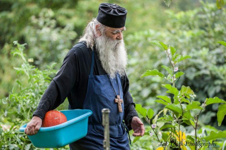 Щодня брат Жан ділить свій час між молитвою, садом та кухнею