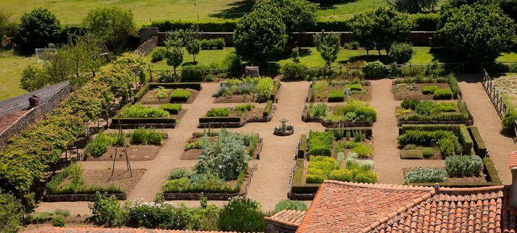Сад при середньовічному монастирі Базоджес ен Перенс (Jardin Médiéval de Bazoges en Pareds)
