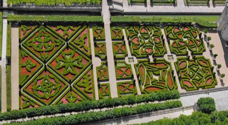 З лівого боку тераси три великі ромбоподібні масиви зображують лангедокський (вгорі), мальтійський (ближче до центру) і баскський (внизу) хрести. Праворуч – «Сади кохання», які утворюють чотири квадрати довкола фонтану