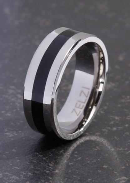 De titanium ring Nyssa is heeft een zwarte band