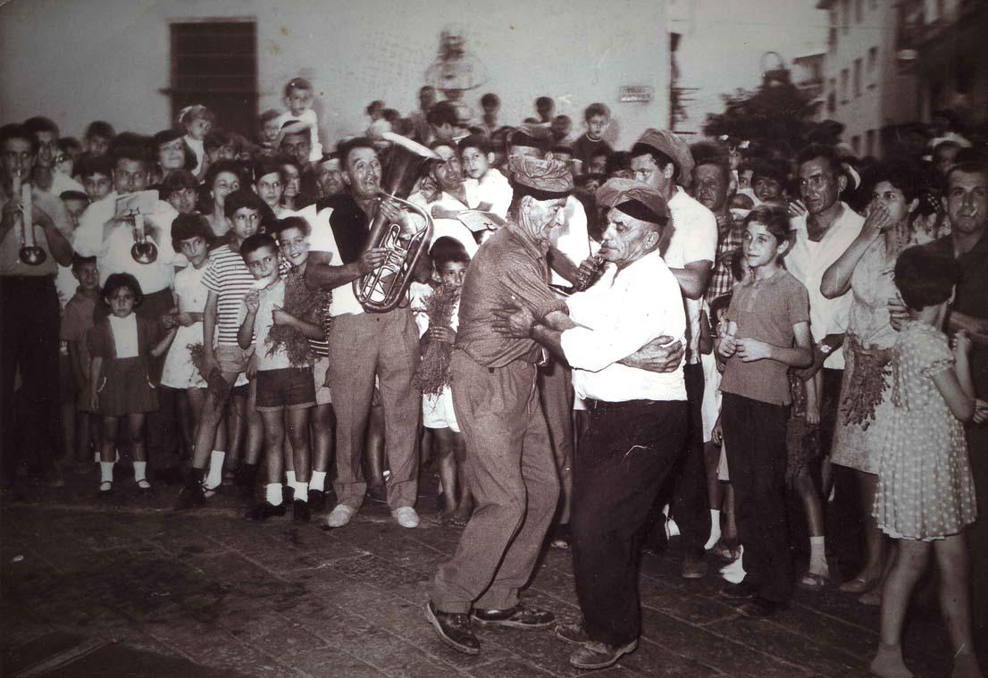 """Il """"ballo della morte"""". Immagine d'archivio. Anno 1964."""