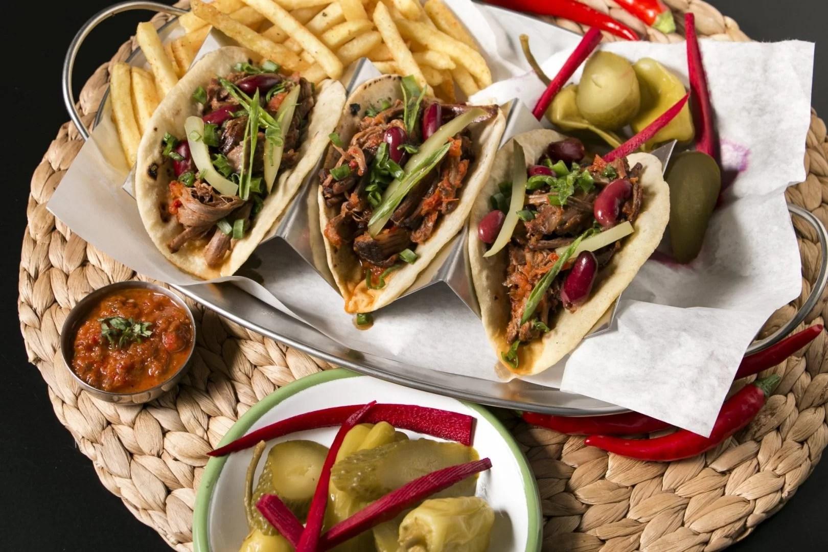 3'lü Dana Klasik Taco, patates kızartması, sos, turşu ve biber servisi.