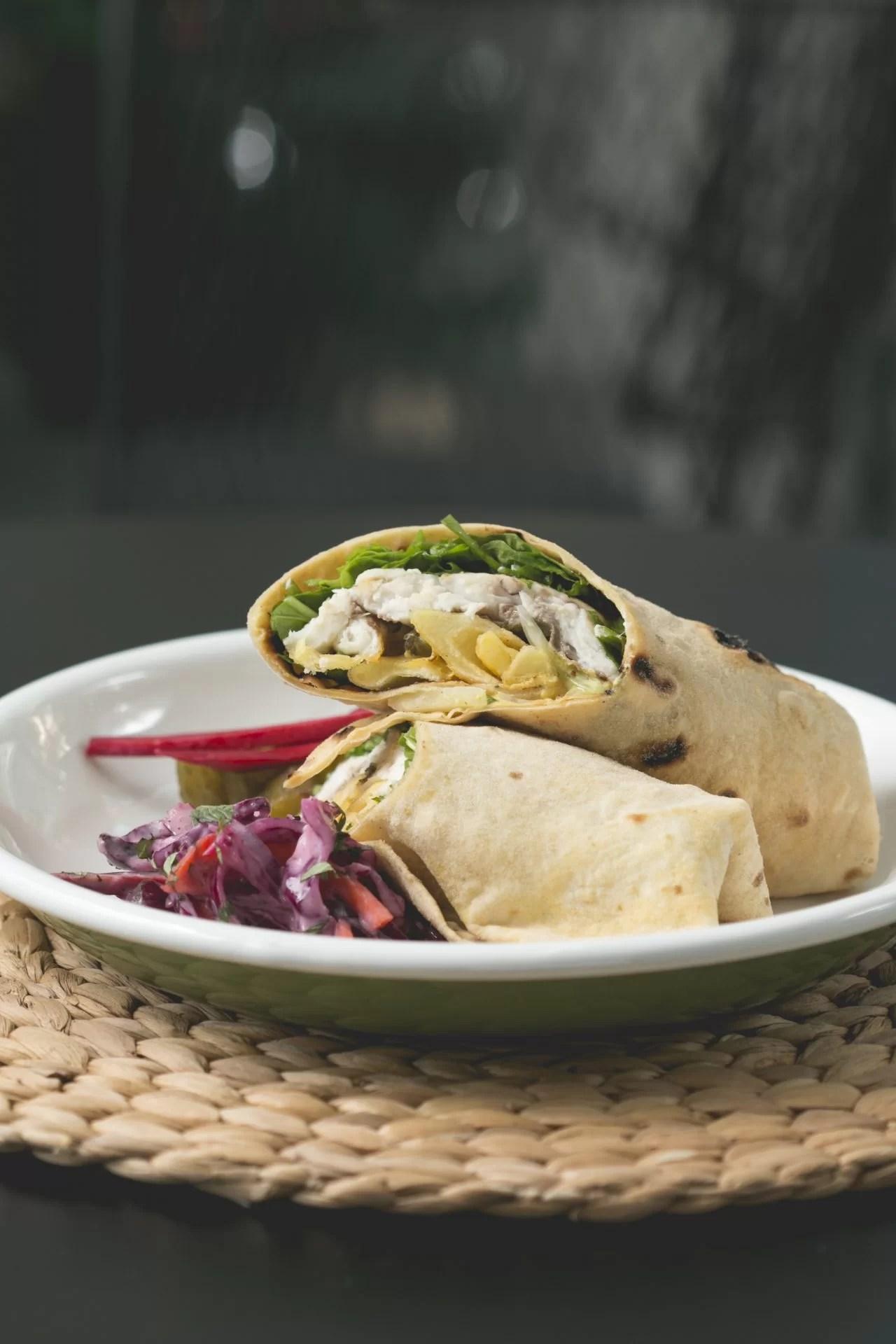 Zencefilli Levrek burrito, kırmızı lahana, turşu ve biber servisi.