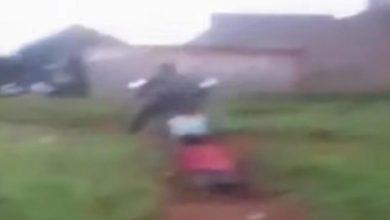 Photo of Brutaliteti i policisë keniane, lidhin me litar 21-vjeçaren dhe e tërheqin zvarrë me motoçikletë – i luste për mëshirë