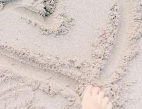 varpaat, hiekka, sydän