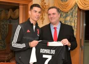 رونالدو يهدي قميصه لوزير خارجية إسرائيل
