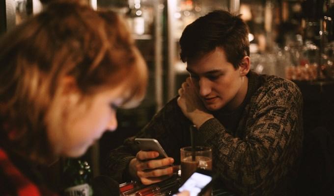 čovjek ispred mobitela