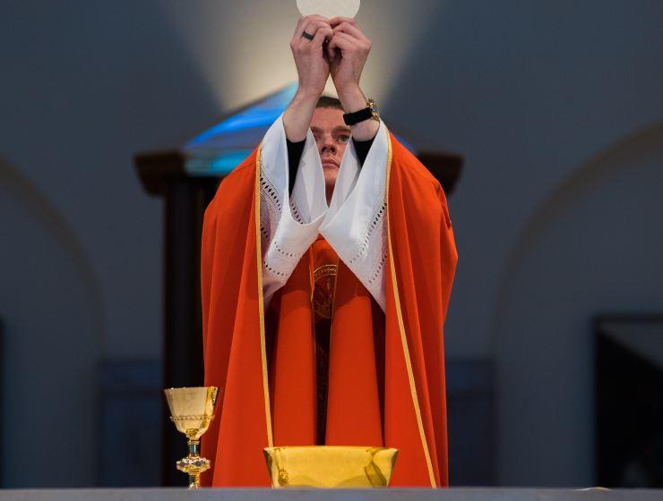 svećenik koji