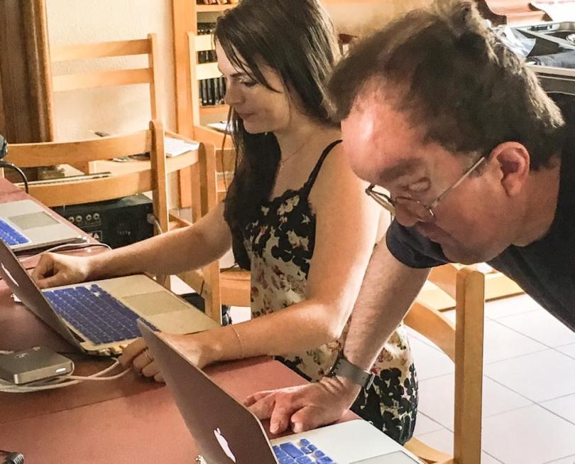 Ici en photo J5, Brittany (formatrice agréée responsable MVVM pour la Suisse, et membre de l'Asso PDCM) et Romain étudient et accompagnent en temps réel les progrès des autres participants du groupe APF (Asso des Paralysés de France).