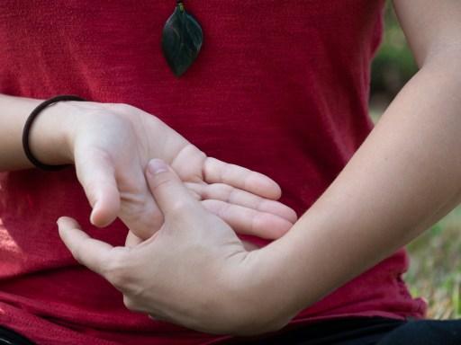 Position des mains en méditation taoïste (étape 2)