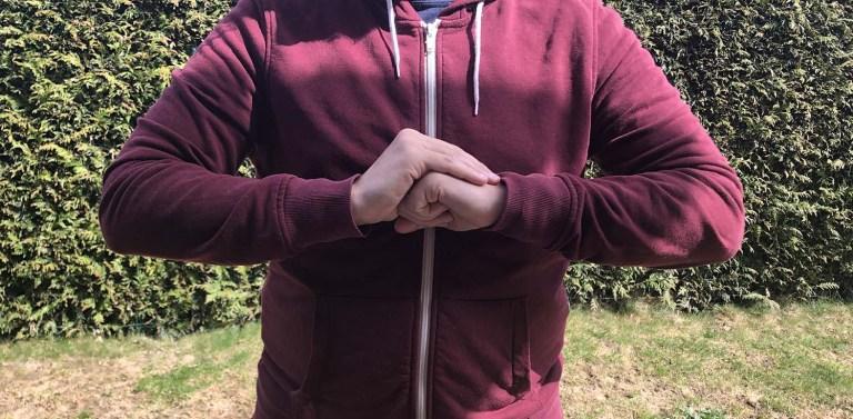 la position des mains pour la marche zen Kinhin