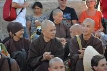 """I monaci al seguito di """"Thay"""" vengono da Plum Village, in Francia. Sembrerebbe che lì facciano una vita felice!"""