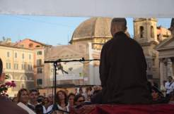 Thich Nhat Hanh è molto seguito e ascoltato come un grande maestro, ma nessuno lo venera come una divinità o lo considera sacro