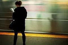 Mo Riza, On the platform, reading