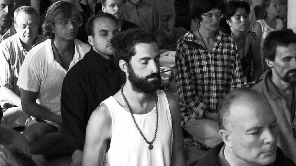 È meglio meditare da soli o in gruppo?