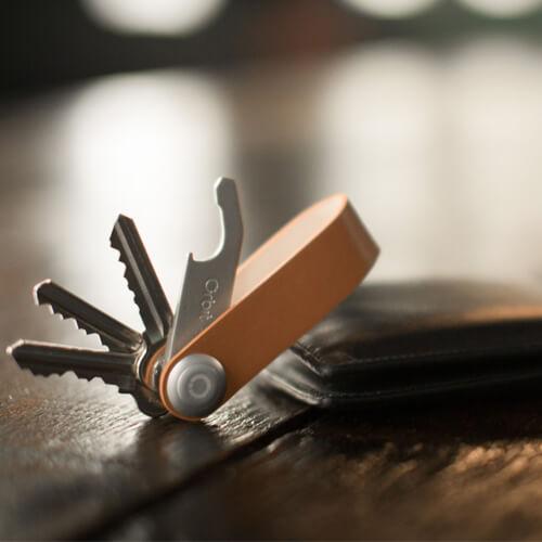 Orbitkey巧妙的旋轉收納起零零落落的鑰匙,遠離吵雜惱人的碰撞聲。並保護隨身物品免於刮傷。 只要輕輕旋出鑰匙即可使用,簡單、俐落、大方。 我們相信,這會是一款與ZENLET風格完美搭配的鑰匙圈設計。