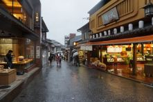 The streets outside Kiyomizu-dera gives one a feel of olden Kyoto
