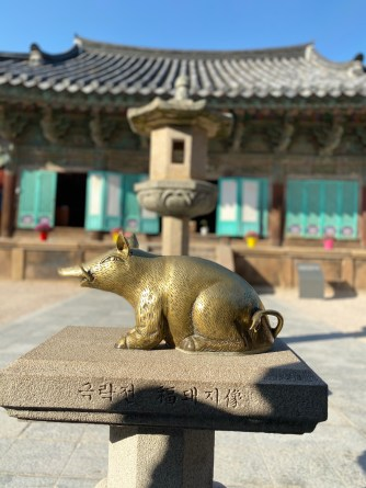 Golden pig statue in front of Geungnakjeon