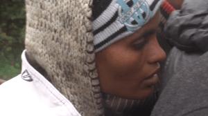 Une jeune africaine sur un point de distribution de vêtements