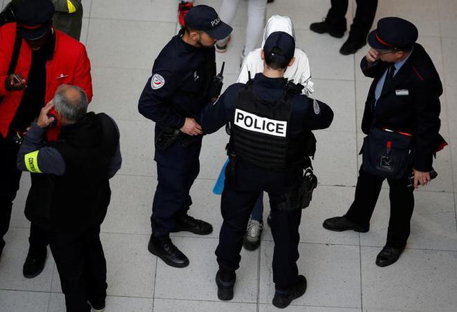 Magouilles, nazisme et violence: un policier repenti se livre.