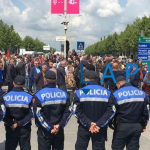 Ora që bllokoi Shqipërinë, protesta 60-minutëshe e opozitës