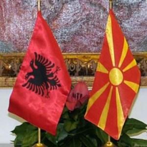 Në Maqedoni, ndërkombëtarët pro opozitës, kurse tek ne, është e kundërta