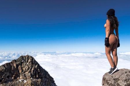 Modelja e Playboy-t bën FOTO nudo në malin e shenjtë