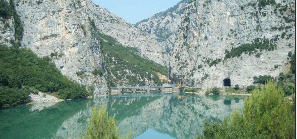 Del nga rruga automjeti dhe përfundon në liqenin e Shkopetit, 1 person në gjendje të rëndë