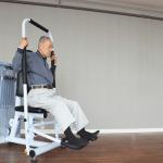 高齢者がZERO-iストレッチマシンを使う写真