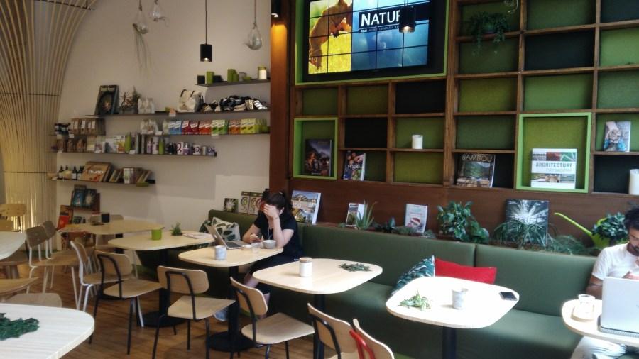Espace salon de thé avec livres inspirants à disposition et jeux pour enfants