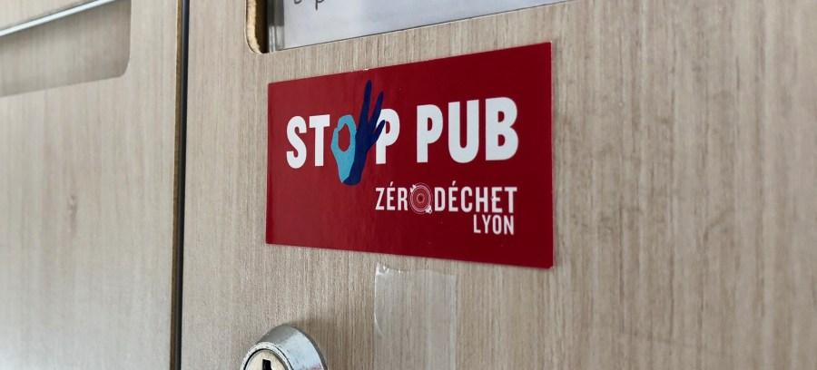 autocollant stop pub collé sur une boite aux lettres