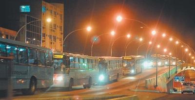 Esses ônibus não estão andando: estão PARADOS