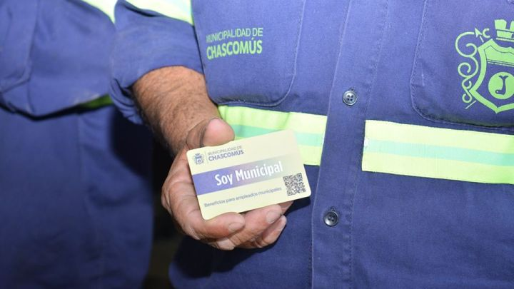 Las empezó a distribuir Javier GastónSorpresivo anuncio sobre una tarjeta con beneficios para los empleados municipales de Chascomús