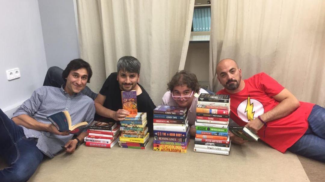 Zetatesters rodeados de libros