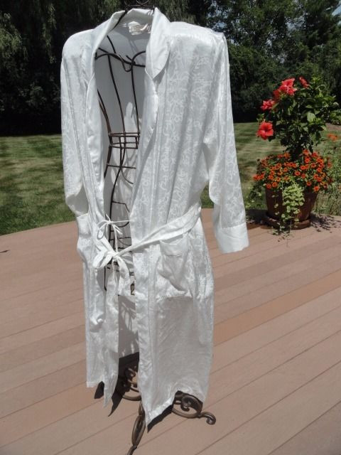 Vintage VICTORIA''S SECRETS White Paisley Robe Lingere Belt Large Preowned Great