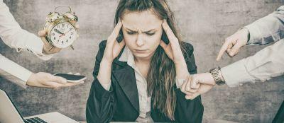 Femme débordée au bureau