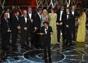 """O filme """"Birdman"""" foi o vencedor da 87ª. premiação do Oscar. Ele concorria com """"O Grande Hotel Budapeste"""", """"Sniper Americano"""", """"Boyhood: Da infância à Juventude"""", """"O Jogo da Imitação"""", """"A Teoria de Tudo"""", """"Selma"""" e """"Whiplash"""". O longa também levou outras três estatuetas: melhor fotografia, melhor roteiro original e melhor diretor. O filme """"Grande Hotel Budapeste"""" também venceu quatro estatuetas na premiação de 2015. Birdman O filme de Alejandro González Iñárritu é sobre um astro do cinema hoje decadente, Riggan Thomson (Michael Keaton), que tenta recuperar um pouco do antigo prestígio com uma peça na Broadway - suas brigas com atores exibicionistas que interpretam atores exibicionistas - e que, ao longo do processo, perde o contato com a realidade. O filme teve nove indicações ao Oscar: melhor filme, direção (Alejandro G. Iñárritu), ator (Michael Keaton), ator coadjuvante (Edward Norton), atriz coadjuvante (Emma Stone), fotografia, edição de som, mixagem de som e roteiro original."""